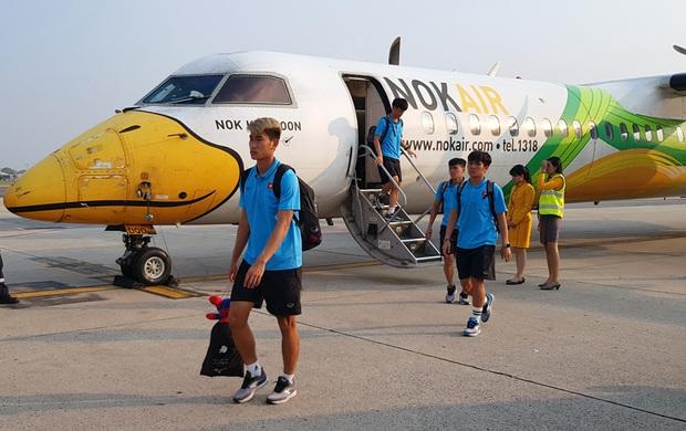 ĐT U23 Việt Nam đã đặt chân tới Bangkok, dồn sức cho trận đấu cuối vòng bảng - Ảnh 1.