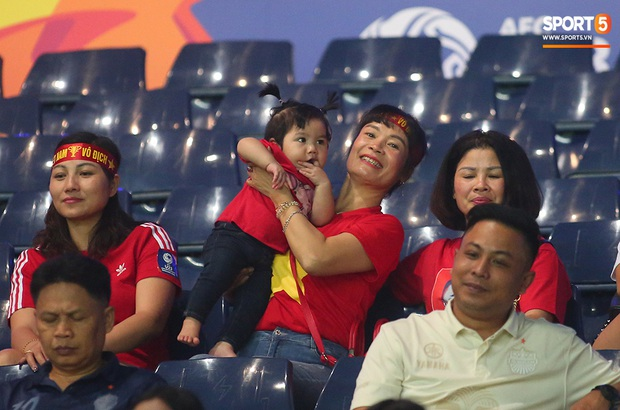 Bạn gái Hoàng Đức tươi như hoa trên khán đài, mẹ Quang Hải - Thành Chung chúc các con giành chiến thắng trận gặp Triều Tiên - Ảnh 6.