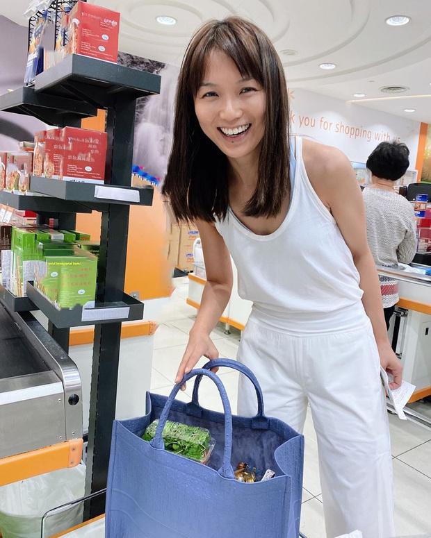 Cô nàng Singapore xách túi hiệu 63 triệu đi mua rau, Lan Khuê có nhìn thấy chắc cũng phải trầm trồ - Ảnh 1.