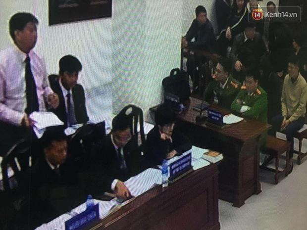 Kết thúc ngày đầu xét xử vụ học sinh 6 tuổi trường Gateway tử vong: Cô giáo Thuỷ bật khóc quỳ lạy gia đình nạn nhân - Ảnh 4.