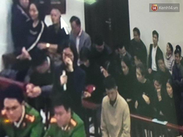 Kết thúc ngày đầu xét xử vụ học sinh 6 tuổi trường Gateway tử vong: Cô giáo Thuỷ bật khóc quỳ lạy gia đình nạn nhân - Ảnh 6.