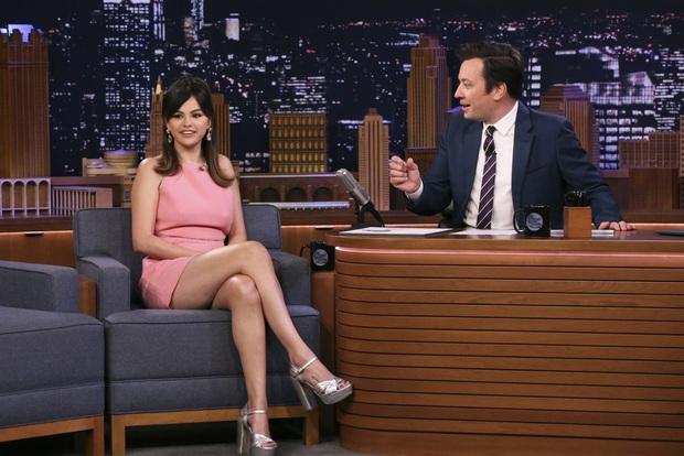Hình ảnh chênh lệch 1 thập kỷ gây choáng của Selena Gomez: Chị đẹp đúng là yêu tinh hack tuổi chuyển thế! - Ảnh 2.