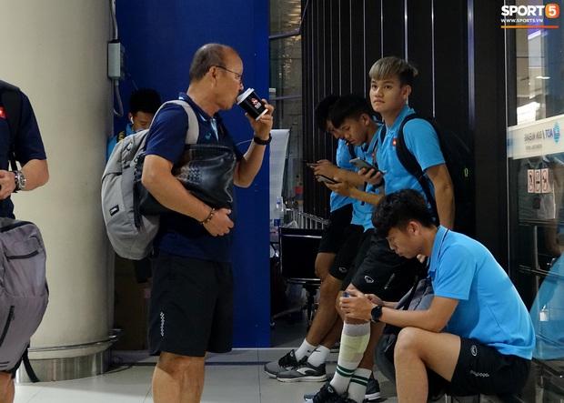 HLV Park Hang-seo liên tục uống cafe khi cùng U23 Việt Nam chinh chiến giải châu Á - Ảnh 1.