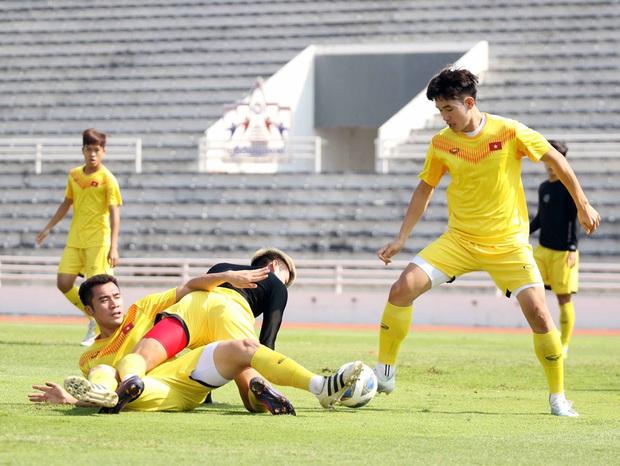 ĐT U23 Việt Nam đã đặt chân tới Bangkok, dồn sức cho trận đấu cuối vòng bảng - Ảnh 2.