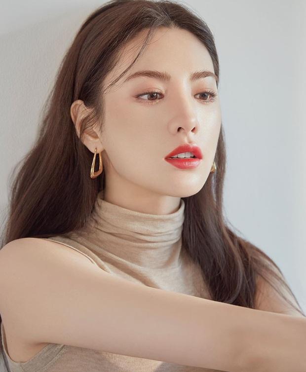 Ảnh tạp chí gây bão của idol Kpop đầu tiên thành người phụ nữ đẹp nhất thập kỷ: Kéo đến ảnh cận mà choáng vì visual! - Ảnh 3.
