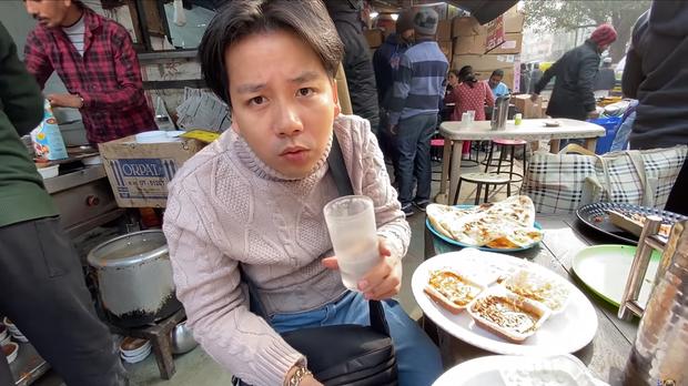 Khoa Pug bất ngờ trở lại sau tuyên bố nghỉ Tết: chất lượng clip tốt hơn hẳn, gây chú ý nhất là hành động mang đồ ăn cho người vô gia cư ở Ấn Độ - Ảnh 6.