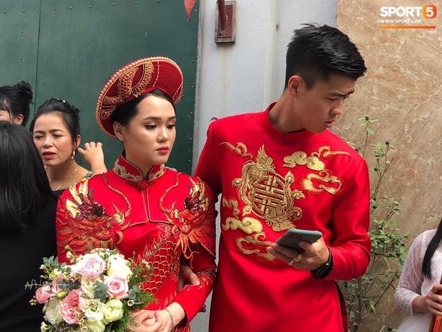 Sự cố bất ngờ tại đám hỏi của Duy Mạnh - Quỳnh Anh: Cô dâu say xe, buồn nôn nhưng lại chưa được vào nhà - Ảnh 1.
