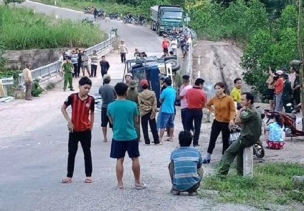 Xe tải mất thắng khi xuống dốc, 2 người chết thảm - Ảnh 2.