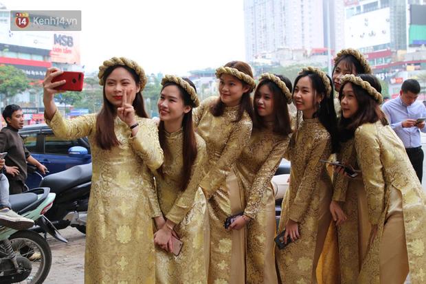 Dàn bê tráp trong đám hỏi Duy Mạnh - Quỳnh Anh: Diện áo dài vàng đi sneaker, nổi bật trên tông màu đỏ chủ đạo - Ảnh 2.