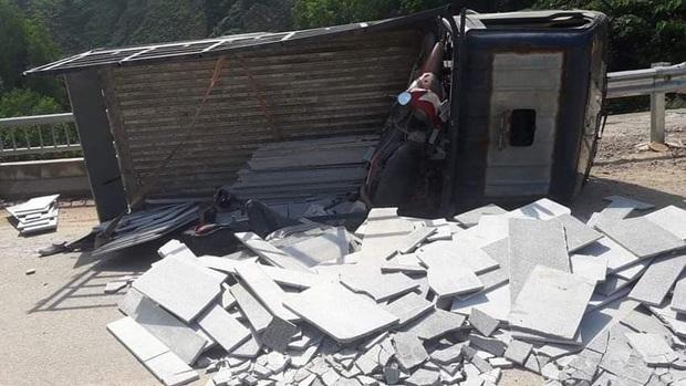 Xe tải mất thắng khi xuống dốc, 2 người chết thảm - Ảnh 1.