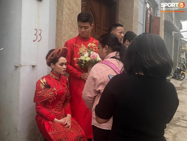 Sự cố bất ngờ tại đám hỏi của Duy Mạnh - Quỳnh Anh: Cô dâu say xe, buồn nôn nhưng lại chưa được vào nhà - Ảnh 2.