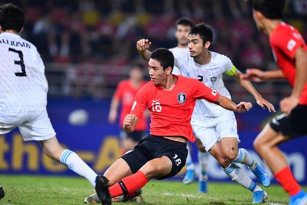 Hàn Quốc 2-1 Uzbekistan: Đương kim vô địch U23 châu Á hút chết dù Hàn Quốc cất nguyên dàn hot boy trên ghế dự bị - Ảnh 2.