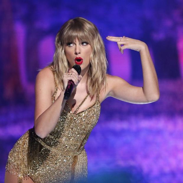 Phản ứng của các sao US-UK khi quên lời bài hát trên sân khấu: Từ Taylor Swift, Ariana Grande, Justin Bieber đến Adele đều khiến fan hâm mộ bất ngờ - Ảnh 1.