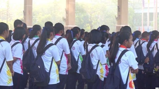 Áp dụng công nghệ để phạt học sinh hát quốc ca không đủ to, nhà trường Thái Lan bị ném đá dữ dội - Ảnh 1.