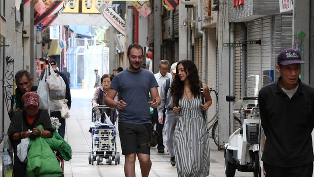 Khu ổ chuột nức tiếng Nhật Bản bỗng trở thành điểm du lịch hút khách, sự thay đổi chóng mặt đang đe doạ nhiều người địa phương - Ảnh 6.