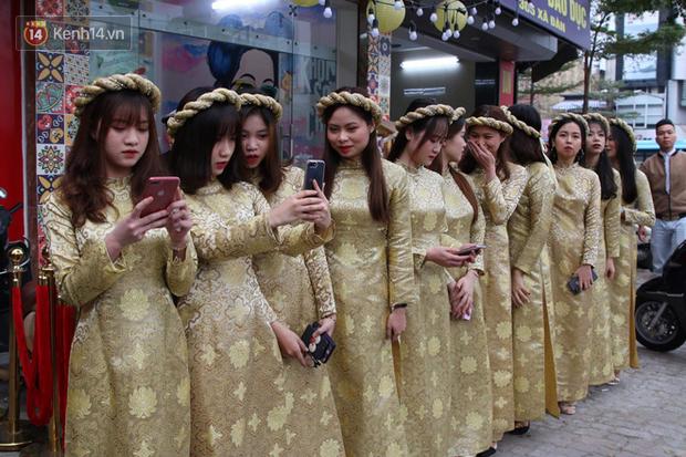 Ái nữ cựu chủ tịch CLB Sài Gòn - Quỳnh Anh xuất hiện xinh xắn trong đám hỏi thu hút sự chú ý khắp phố Xã Đàn - Ảnh 4.
