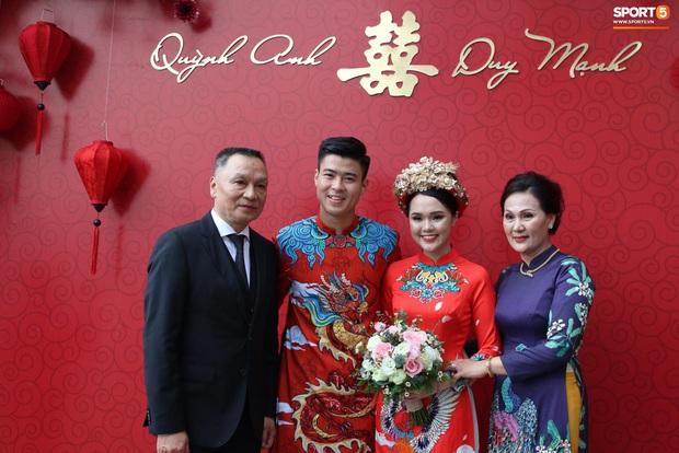 Cùng thay tới 2 bộ lễ phục trong ngày ăn hỏi, Duy Mạnh - Quỳnh Anh đúng là cặp đôi ăn chơi nhất nhì vịnh bắc bộ - Ảnh 1.