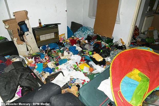 Sáu tháng không đến trường, cậu bé được tìm thấy bị bố mẹ bỏ mặc trong căn nhà ngập ngụa rác, ruồi nhặng và thức ăn hôi thối - Ảnh 1.