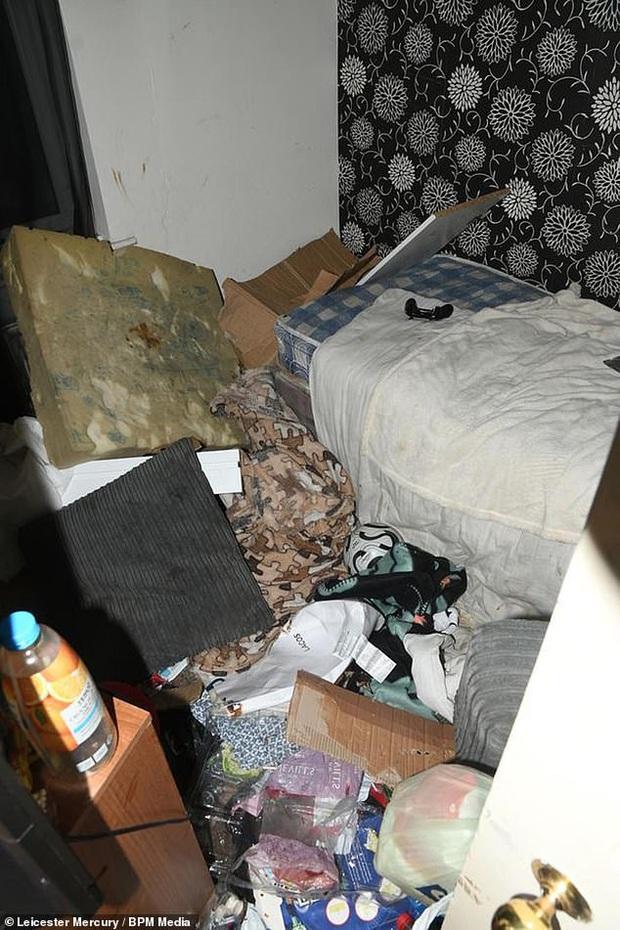 Sáu tháng không đến trường, cậu bé được tìm thấy bị bố mẹ bỏ mặc trong căn nhà ngập ngụa rác, ruồi nhặng và thức ăn hôi thối - Ảnh 2.