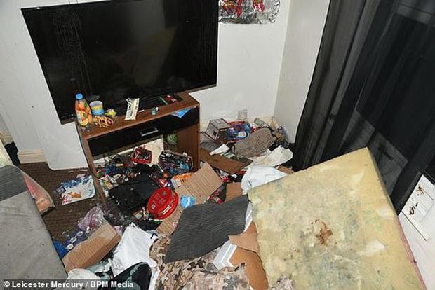 Sáu tháng không đến trường, cậu bé được tìm thấy bị bố mẹ bỏ mặc trong căn nhà ngập ngụa rác, ruồi nhặng và thức ăn hôi thối - Ảnh 3.