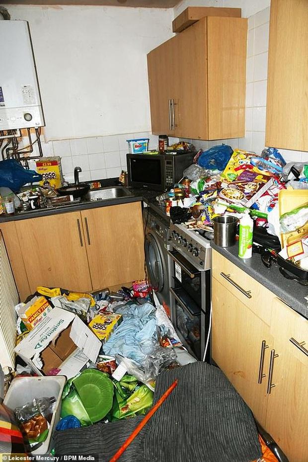 Sáu tháng không đến trường, cậu bé được tìm thấy bị bố mẹ bỏ mặc trong căn nhà ngập ngụa rác, ruồi nhặng và thức ăn hôi thối - Ảnh 4.