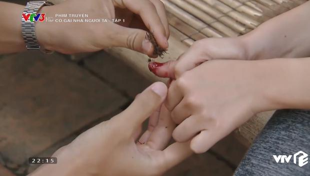 Đổ máu vì cứu Đình Tú, Phương Oanh vẫn bị mang tiếng gái hư trong Cô Gái Nhà Người Ta tập 1 - Ảnh 7.