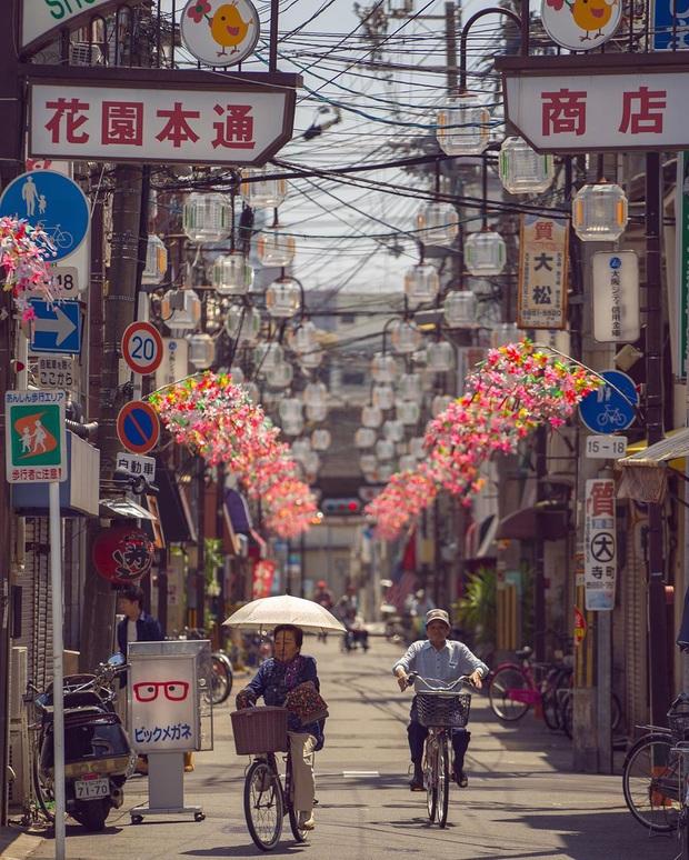 Khu ổ chuột nức tiếng Nhật Bản bỗng trở thành điểm du lịch hút khách, sự thay đổi chóng mặt đang đe doạ nhiều người địa phương - Ảnh 4.
