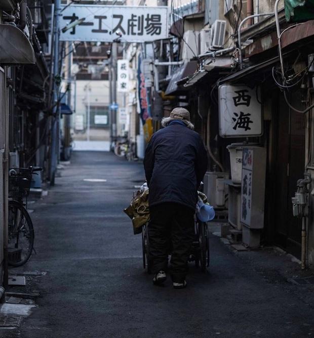 Khu ổ chuột nức tiếng Nhật Bản bỗng trở thành điểm du lịch hút khách, sự thay đổi chóng mặt đang đe doạ nhiều người địa phương - Ảnh 2.