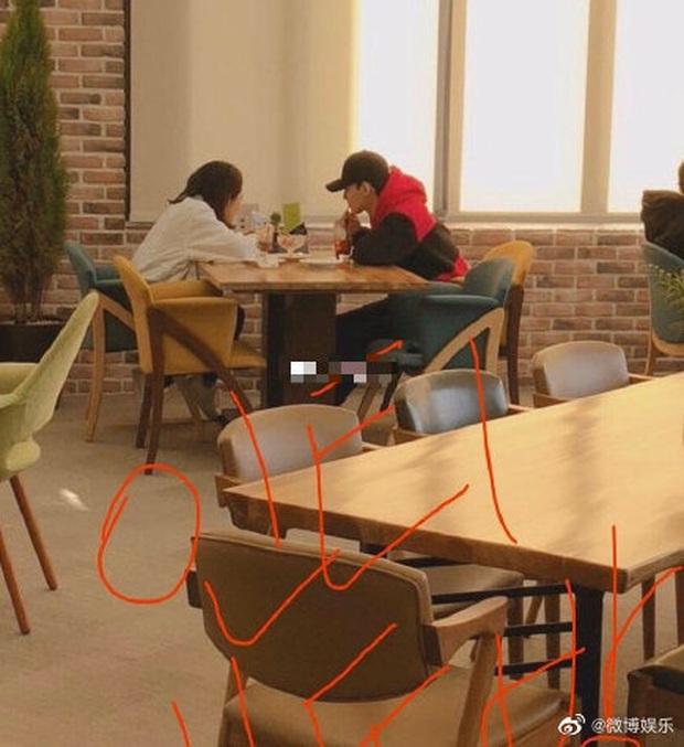 Rầm rộ hình ảnh hẹn hò của Chen (EXO) và bạn gái bây giờ mới được tiết lộ, nhan sắc cô gái gây tò mò lớn - Ảnh 1.