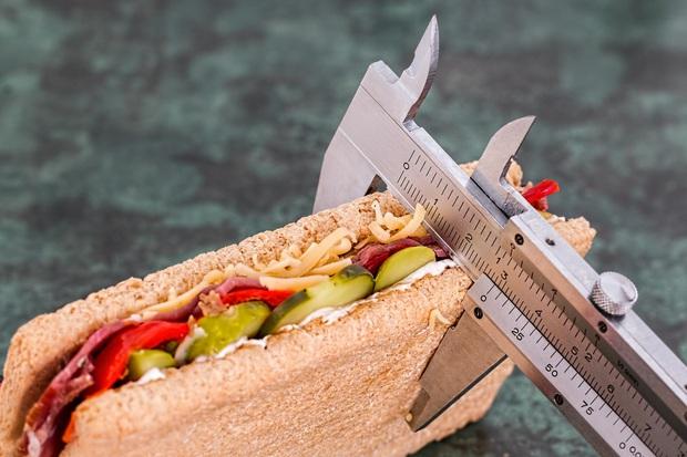 Người bị suy thận nên chú ý 3 điều trong khi ăn uống để hỗ trợ bệnh điều trị nhanh hơn - Ảnh 1.