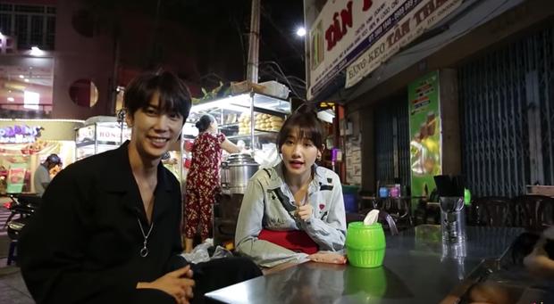 Trốn Trấn Thành, Hari Won dắt trai đẹp Hàn Quốc đi ăn bánh xèo và bánh cống ở quán ăn vỉa hè - Ảnh 2.