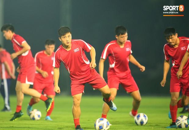 U23 CHDCND Triều Tiên tự tát vào mặt nhau trước trận gặp U23 Việt Nam - Ảnh 1.