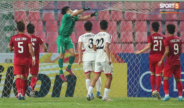 U23 CHDCND Triều Tiên hồn nhiên chụp ảnh sau trận thắng U23 Việt Nam - Ảnh 2.