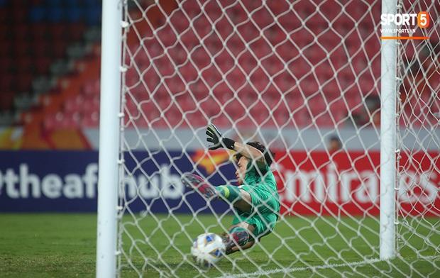 U23 CHDCND Triều Tiên hồn nhiên chụp ảnh sau trận thắng U23 Việt Nam - Ảnh 3.