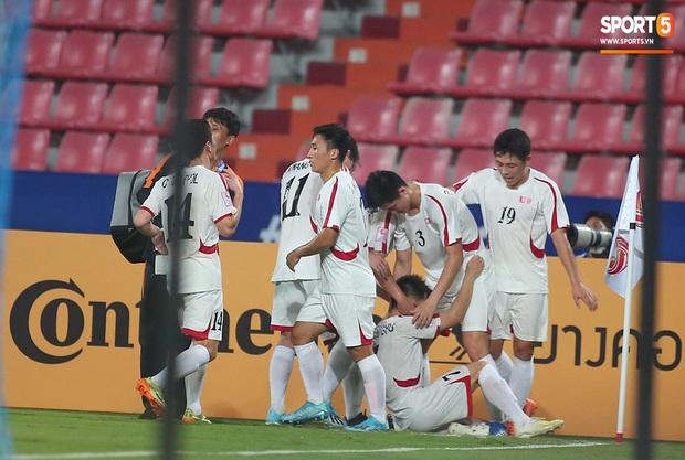 U23 CHDCND Triều Tiên hồn nhiên chụp ảnh sau trận thắng U23 Việt Nam - Ảnh 1.
