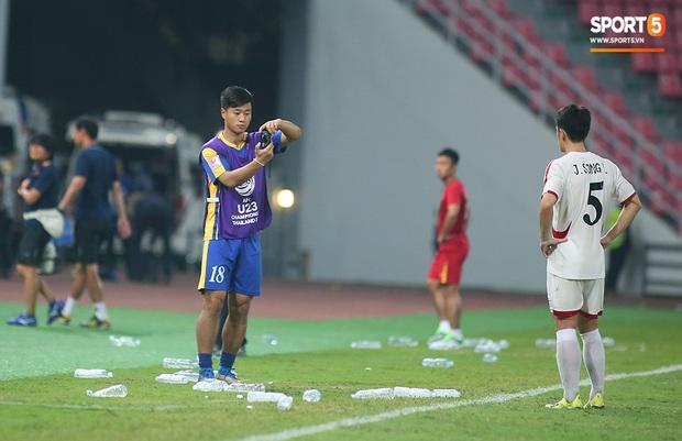 U23 CHDCND Triều Tiên hồn nhiên chụp ảnh sau trận thắng U23 Việt Nam - Ảnh 6.