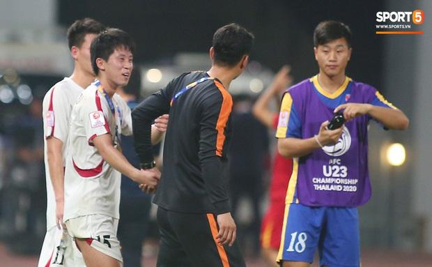 U23 CHDCND Triều Tiên hồn nhiên chụp ảnh sau trận thắng U23 Việt Nam - Ảnh 7.
