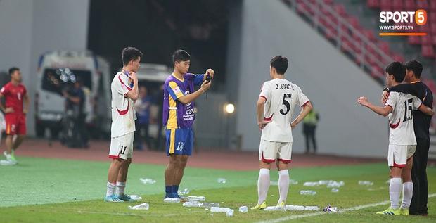 U23 CHDCND Triều Tiên hồn nhiên chụp ảnh sau trận thắng U23 Việt Nam - Ảnh 5.
