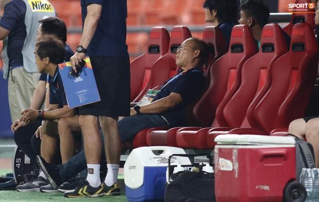 HLV Park Hang-seo gục đầu sau sai lầm của thủ môn Bùi Tiến Dũng - Ảnh 5.