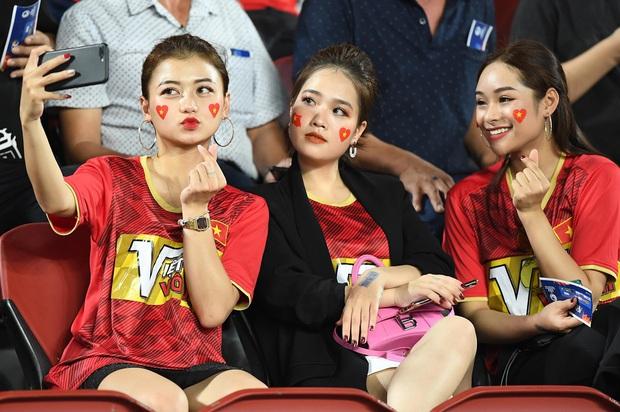 Bạn gái tin đồn của Quang Hải bất ngờ xuất hiện trên sân cổ vũ U23 Việt Nam đấu U23 CHDCND Triều Tiên - Ảnh 3.