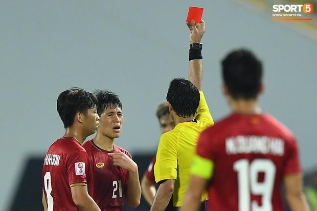 Khoảnh khắc đáng buồn nhất VCK U23 châu Á 2020: Đình Trọng nhận thẻ đỏ, U23 Việt Nam mất hết sau trận đấu với CHDCND Triều Tiến - Ảnh 1.