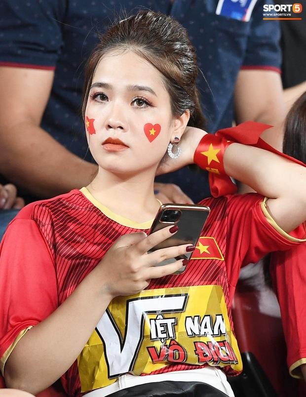 Bạn gái tin đồn của Quang Hải bất ngờ xuất hiện trên sân cổ vũ U23 Việt Nam đấu U23 CHDCND Triều Tiên - Ảnh 2.