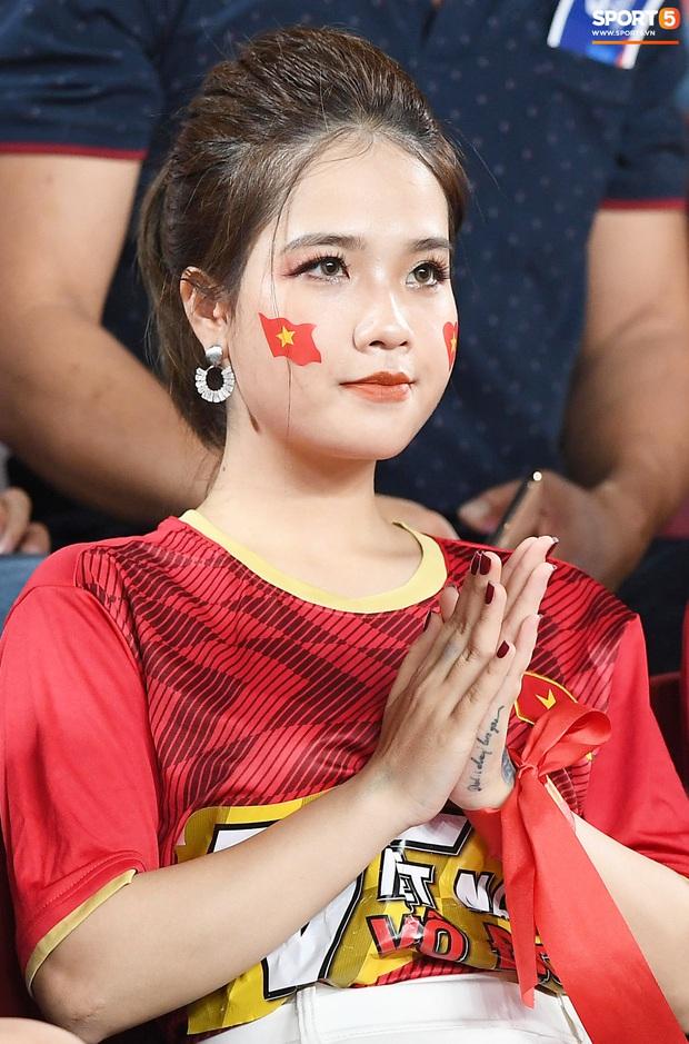 Bạn gái tin đồn của Quang Hải bất ngờ xuất hiện trên sân cổ vũ U23 Việt Nam đấu U23 CHDCND Triều Tiên - Ảnh 1.