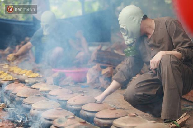 Người làng Vũ Đại đeo mặt nạ, xuyên đêm nấu cá kho bạc triệu phục vụ Tết cổ truyền - Ảnh 19.