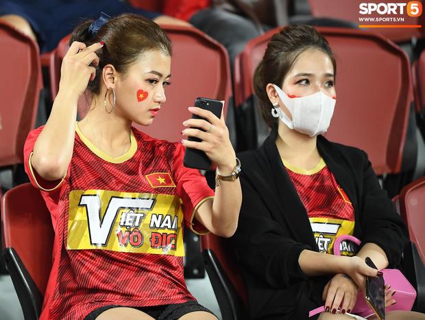Info cô nàng ngồi cạnh, nhan sắc vượt trội hơn cả bạn gái tin đồn của Quang Hải có mặt trên sân cổ vũ U23 Việt Nam - Ảnh 2.
