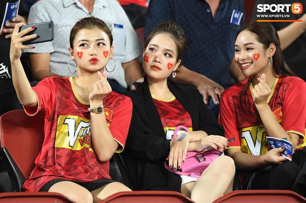 Info cô nàng ngồi cạnh, nhan sắc vượt trội hơn cả bạn gái tin đồn của Quang Hải có mặt trên sân cổ vũ U23 Việt Nam - Ảnh 1.