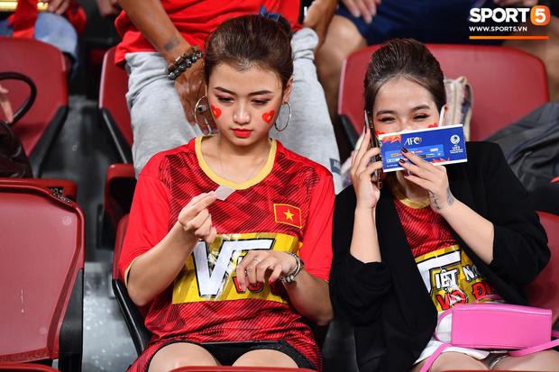 Info cô nàng ngồi cạnh, nhan sắc vượt trội hơn cả bạn gái tin đồn của Quang Hải có mặt trên sân cổ vũ U23 Việt Nam - Ảnh 3.