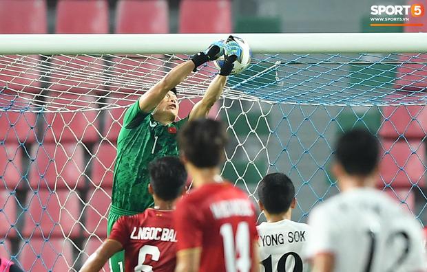 Khoảnh khắc đáng buồn nhất VCK U23 châu Á 2020: Đình Trọng nhận thẻ đỏ, U23 Việt Nam mất hết sau trận đấu với CHDCND Triều Tiến - Ảnh 2.