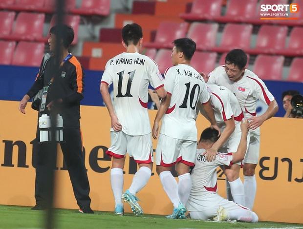 Khoảnh khắc đáng buồn nhất VCK U23 châu Á 2020: Đình Trọng nhận thẻ đỏ, U23 Việt Nam mất hết sau trận đấu với CHDCND Triều Tiến - Ảnh 3.