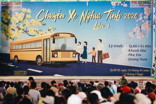Chuyến xe nghĩa tình đưa miễn phí gần 700 sinh viên và người lao động nghèo mưu sinh ở Sài Gòn về quê đón Tết Canh Tý 2020 - Ảnh 1.